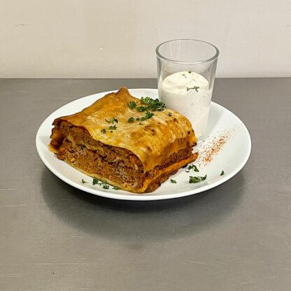 fleischstrudel roulé à la viande, speck fumé et tomate, sauce yoghourt